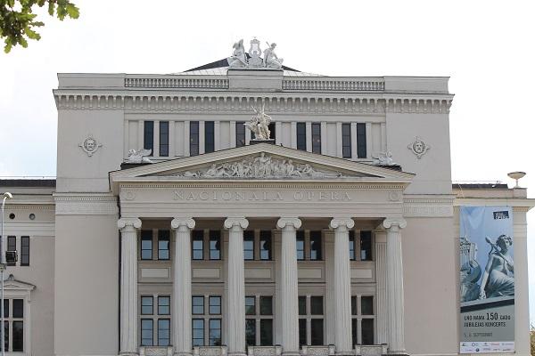 A tour around opera house in Riga